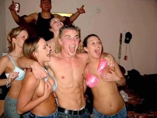 Пьяные девушки отжигают на вечеринках (22 фото)