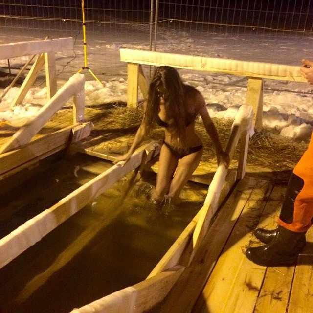 Девушки на крещенских купаниях 2015 (43 фото)