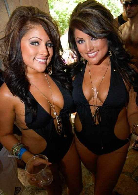 Девушки у бассейнов (96 фото)