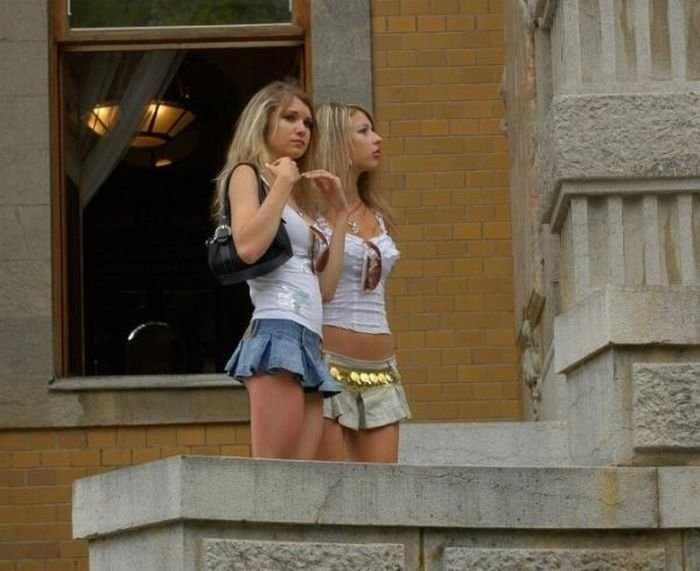 Девушки в мини-юбках (83 фото)
