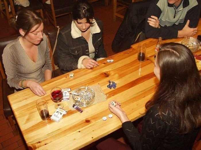 Как девушки в карты на раздевание играли (20 фото)