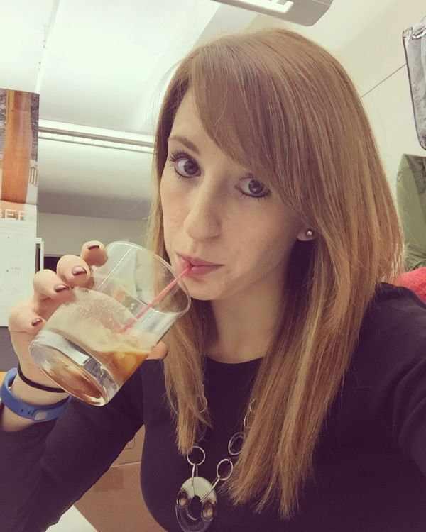 Селфи девушек на работе (30 фото)