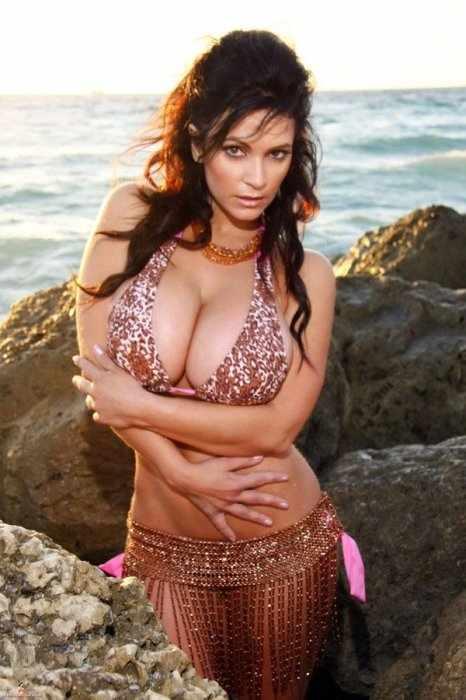 Denise Milani на пляже (8 фото)