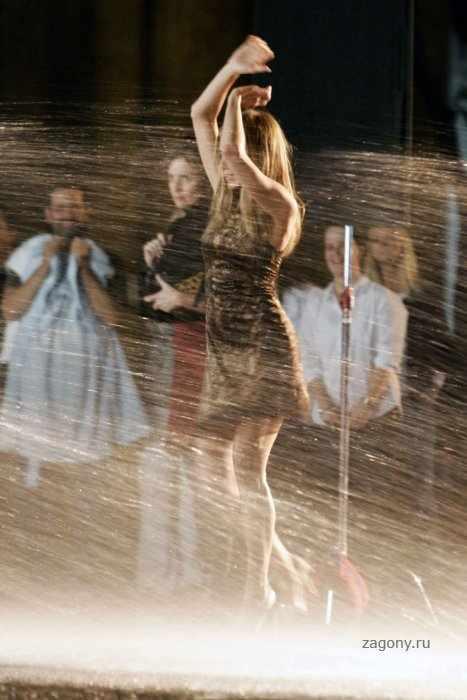 Jennifer Aniston попала в автомойку (6 фото)