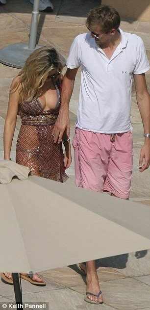 Питер Крауч со своей девушкой Эбби Кленси (8 фото)